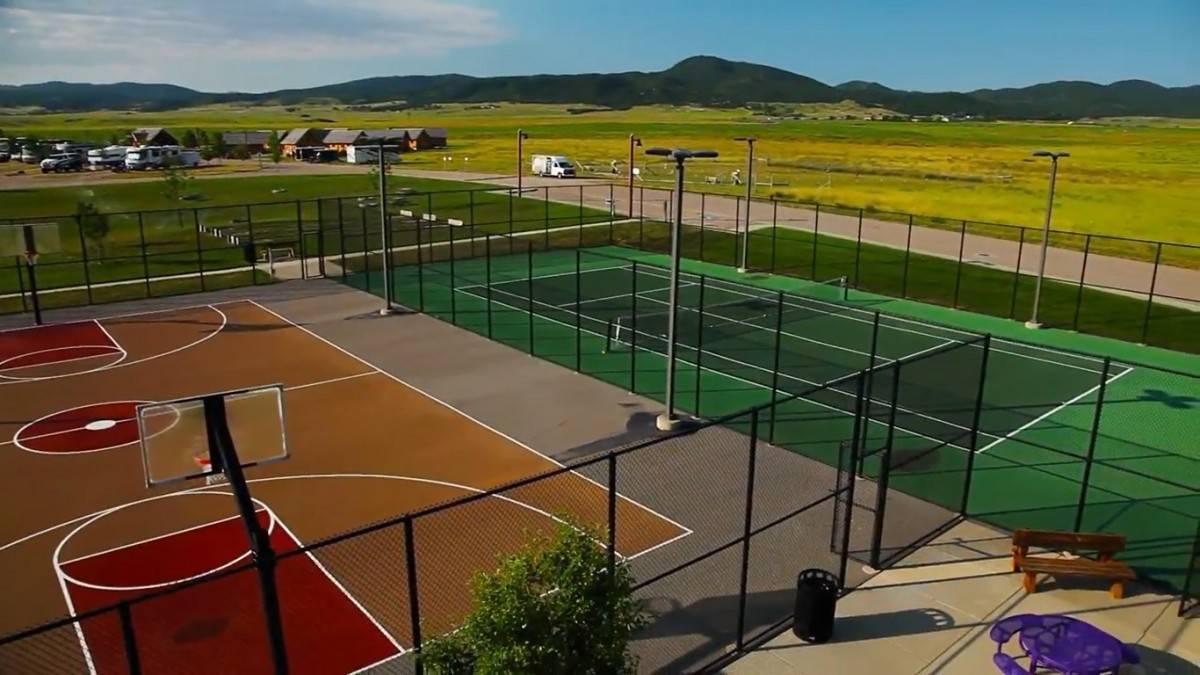 Elkhorn Ridge Resort tennis and basketball courts